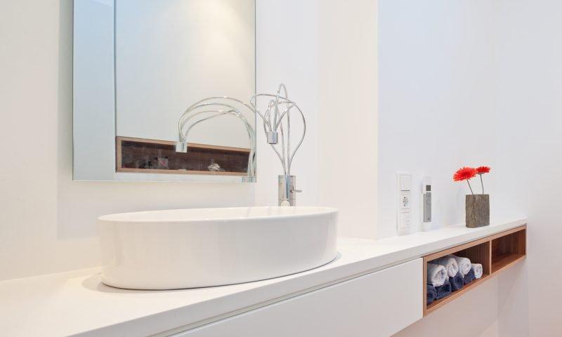 Für unsere individuell gefertigten Waschtischunterschränke halten wir auch die entsprechenden Waschtischabdeckungen für Sie bereit. Aus Natur- oder Kunststein, Mineralstoff oder Holz.
